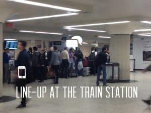 Warteschlange am Bahnhof