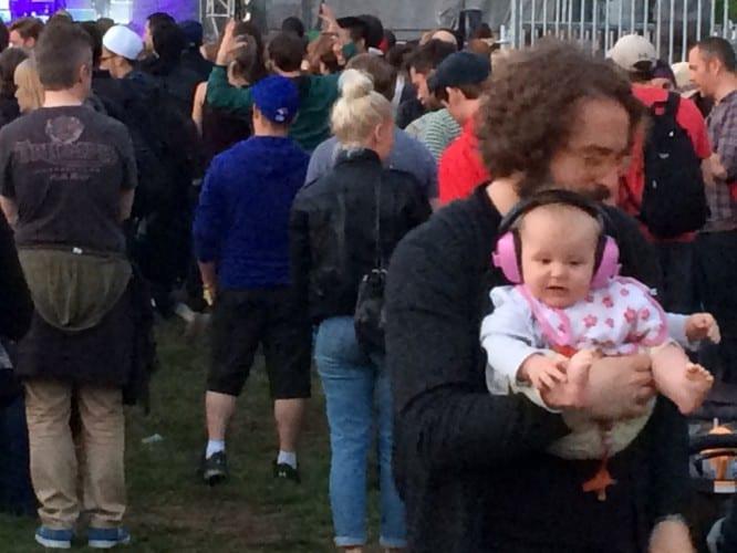 Baby mit Hörschutz