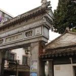 Tempelreste bei Wohnanlage