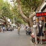 Hauptverkehrsstrasse mit Geschäften