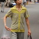 Frau am einkaufen