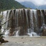 Wasserfall am blauen See
