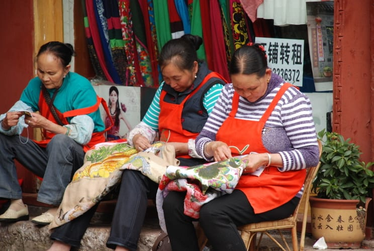 Webfrauen in Lijiang