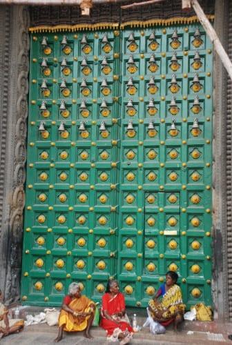 Warten vor dem Tempel