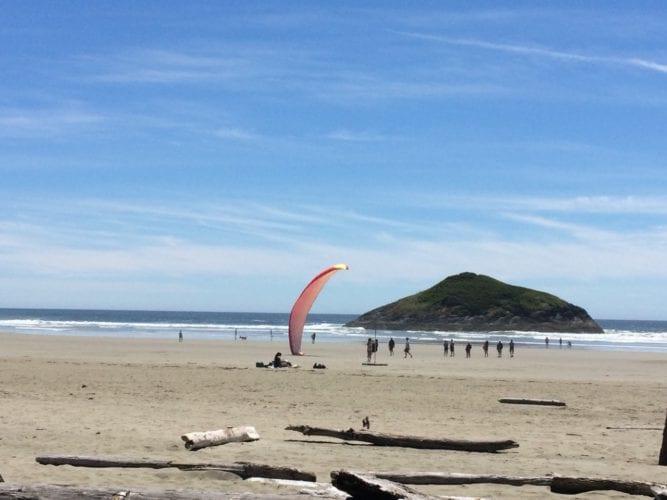 Action am Strand: Gleitschirmflieger
