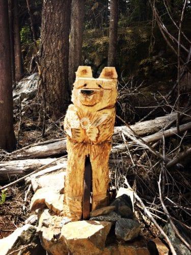 Holzkunst im Wald