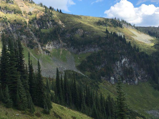 Den Bergpass entlang