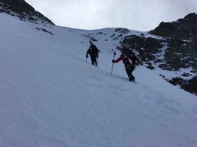 Aufstieg in Skischuhen